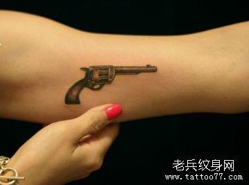 女孩子手臂小巧时尚的小手枪纹身图案图片