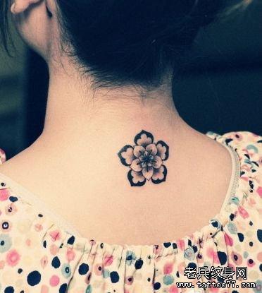 女生脖子纹身小图案图片