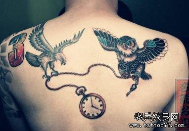 背部帅气的老鹰与猫头鹰纹身图案