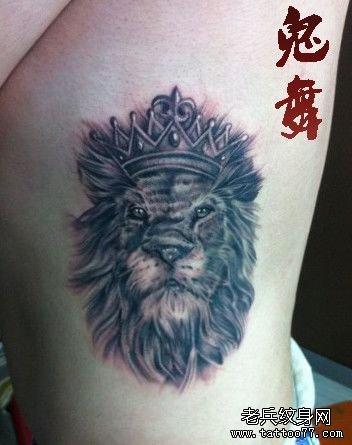 女生侧胸一款狮子王纹身图案图片