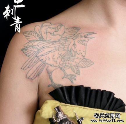 女孩子肩膀处小鸟纹身图案