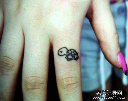 女孩子手指可爱的小乌龟纹身图案