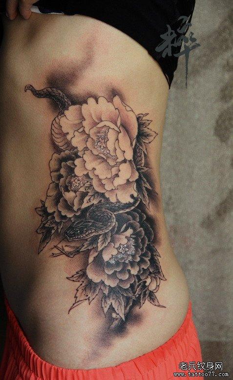 美女腰部蛇与牡丹纹身图案