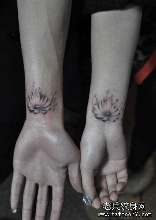 手臂时尚精美的情侣莲花纹身图案
