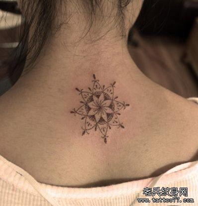 女孩子背部图腾小花纹身图案