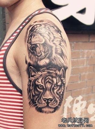 女孩子手臂帅气的黑白虎头纹身图案