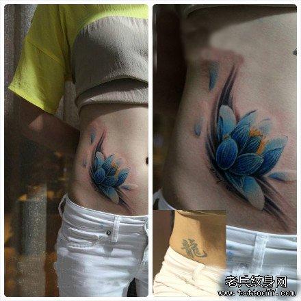 美女腹部漂亮的彩色莲花纹身图案