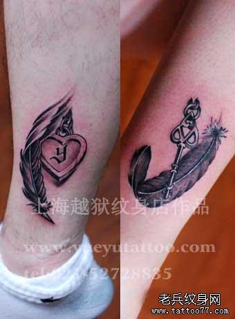 腿部漂亮的情侣羽毛锁与钥匙纹身图案