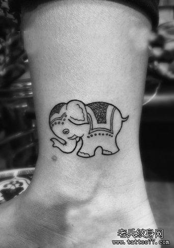 女生腿部可爱的图腾大象纹身图案