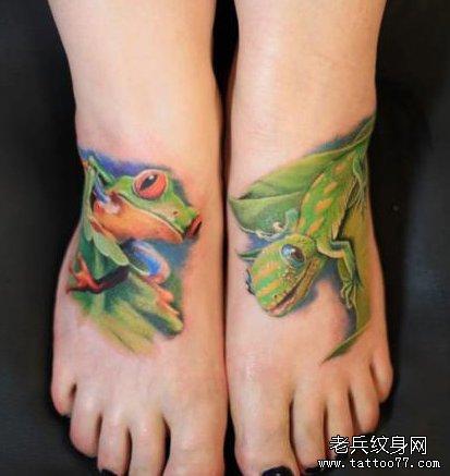 女生脚背3D彩色青蛙与壁虎纹身图案