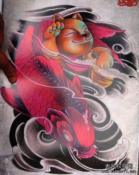 一款经典的招财猫与鲤鱼半胛纹身图案图片