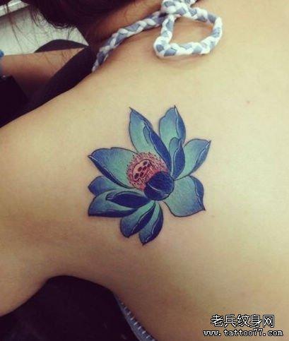 美女肩背好看的彩色莲花纹身图案