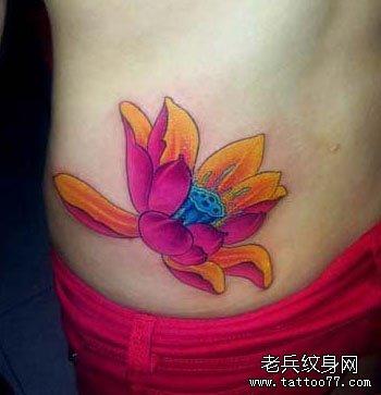美女腰部艳丽的彩色莲花纹身图案