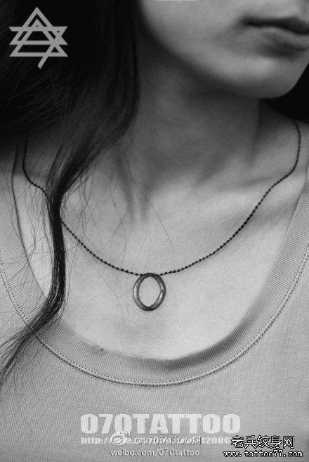 美女前胸时尚简单的戒指项链纹身图案