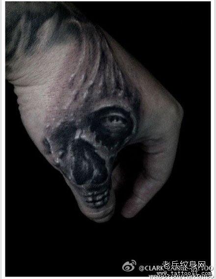 手臂帅气的黑白骷髅纹身图案