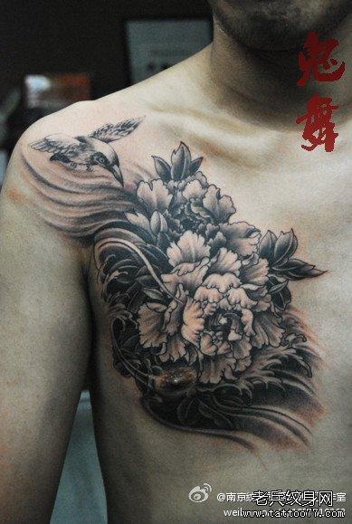 男生胸前黑白牡丹花纹身图案