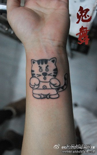 女生手臂卡通小老虎纹身图案
