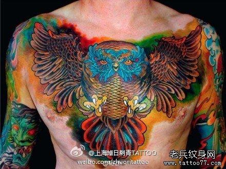 男人前胸超酷的猫头鹰纹身图案