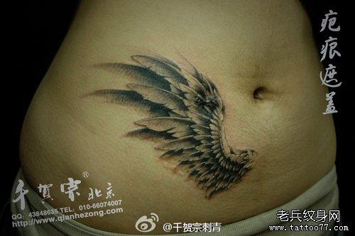 女人腹部疤痕遮盖—翅膀纹身图案