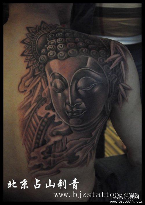 男人背部经典的佛头纹身图案图片