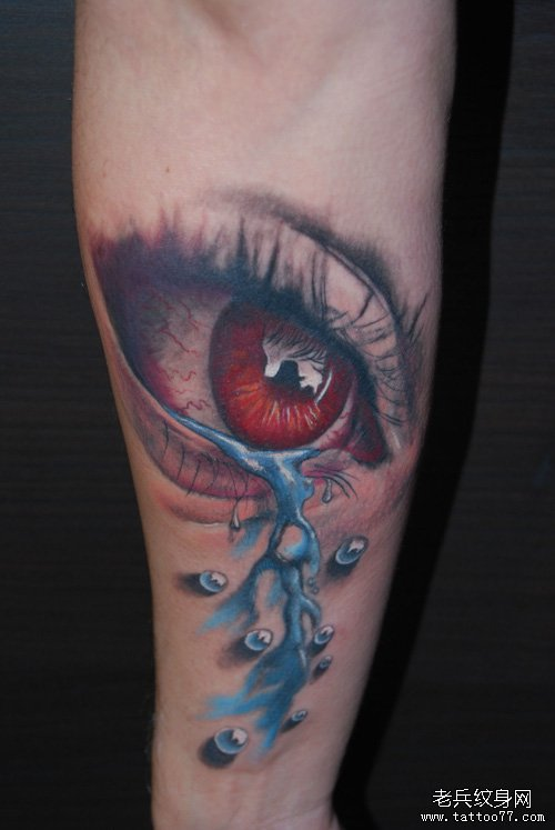 手臂一款流泪的眼睛纹身图案