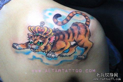 女生肩背戴皇冠的猫咪纹身图案