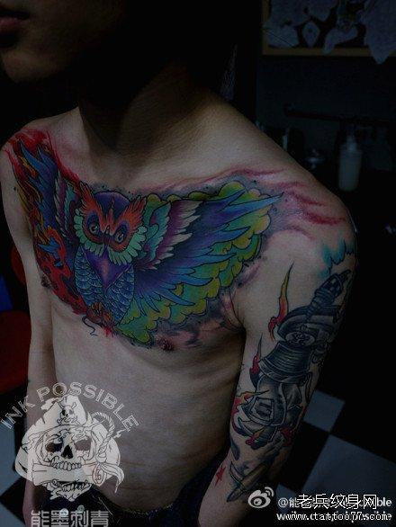 男生前胸超帅的彩色猫头鹰纹身图案