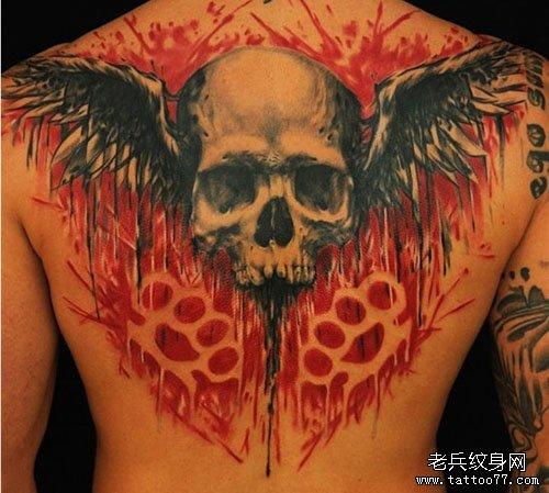 男人背部超酷的骷髅与翅膀纹身图案
