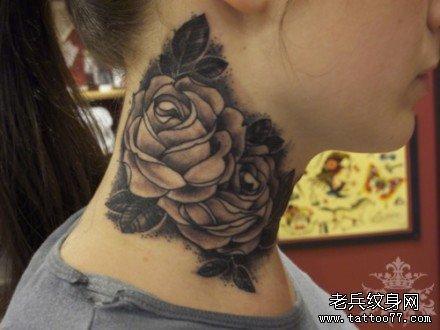 女生脖子处时尚精美的黑白玫瑰花纹身图案