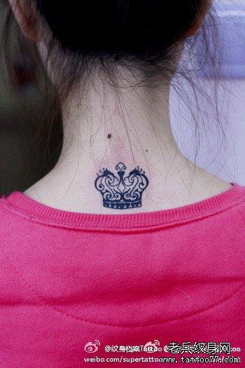 女孩子颈部时尚精美的图腾皇冠纹身图案图片