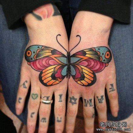 女人手背时尚漂亮的彩色蝴蝶纹身图案