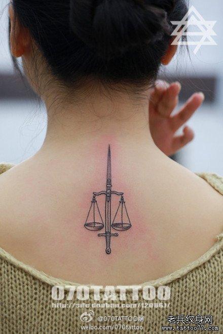 女生背部时尚小巧的天秤座纹身图案