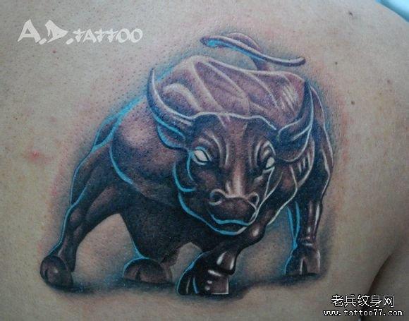 男人肩背超酷经典的一款公牛纹身图案
