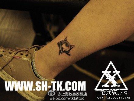 腿部小巧流行的五角星与星座纹身图案