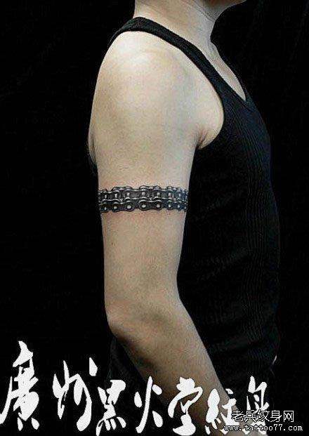 男生手臂帅气的铁链纹身图案