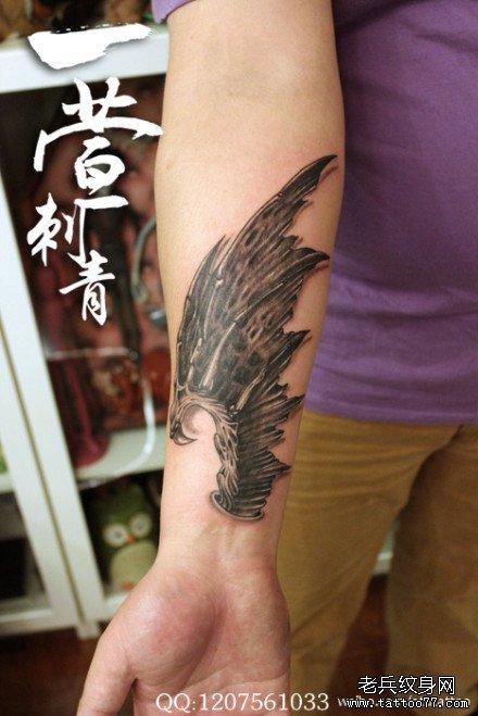 手臂唯美流行的恶魔翅膀纹身图案_武汉纹身店之家:店