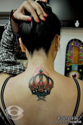 女生颈部时尚精美的皇冠纹身图案