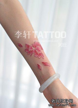 女生手臂小巧时尚的樱花纹身图案