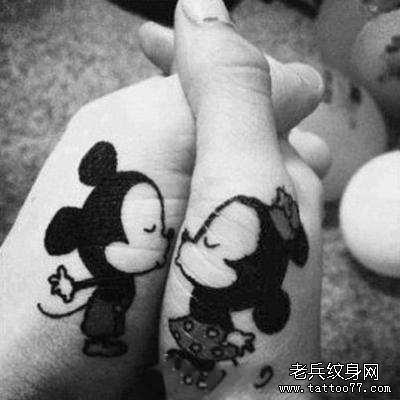 手部可爱的情侣米老鼠纹身图案