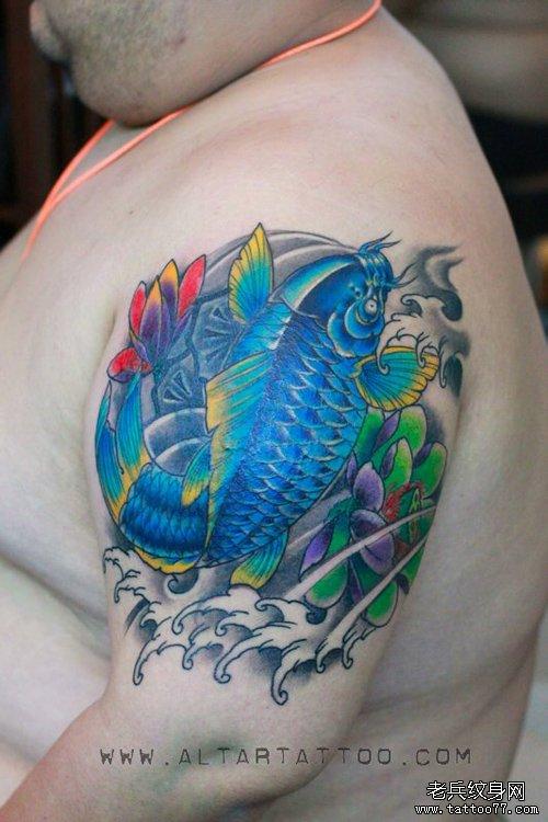 唯美帅气的手臂彩色鲤鱼纹身图案