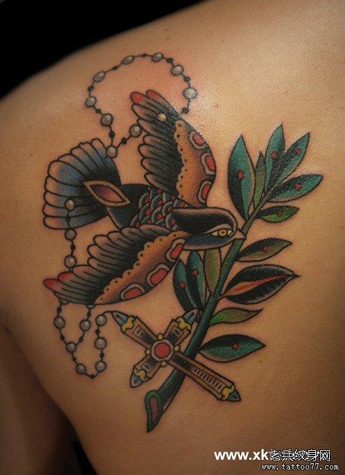 后背流行的时尚的old school小燕子纹身图案