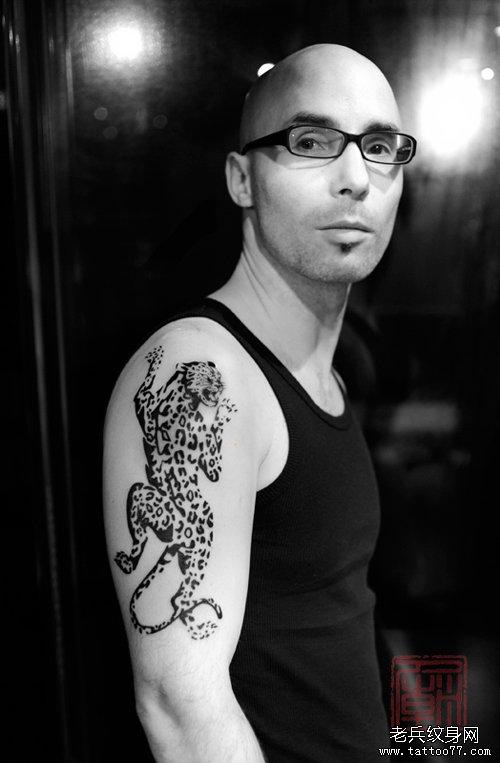 男人手臂帅气的图腾豹子纹身图案