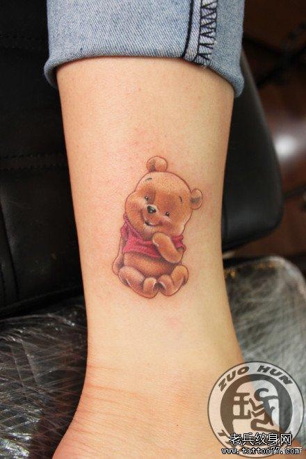 女生腿部可爱的卡通小熊纹身图案