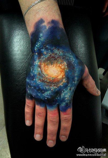 手背超炫的彩色星空纹身图案