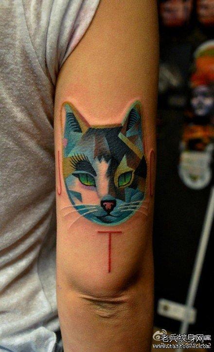手臂一款概念风格的猫咪纹身图案