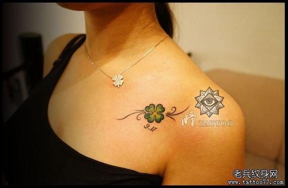 女生肩膀处小巧的四叶草纹身图案