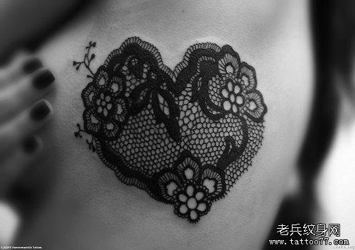 美女胸部时尚漂亮的蕾丝爱心纹身图案