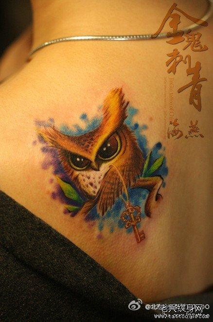 肩背小巧可爱的猫头鹰纹身图案