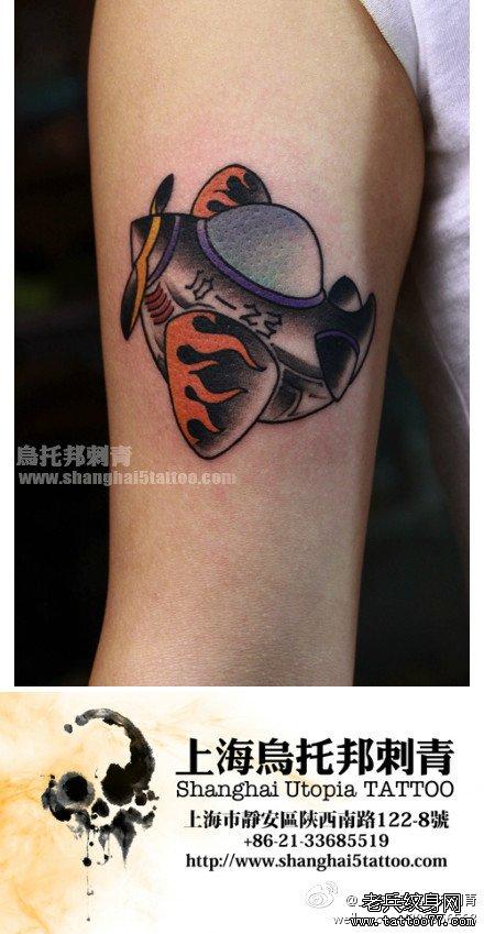 女生手臂内侧小飞机纹身图案