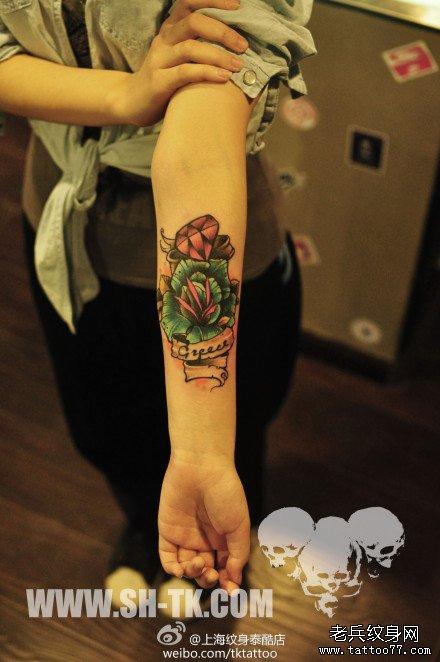 女生手臂漂亮时尚的玫瑰花与钻石纹身图案图片